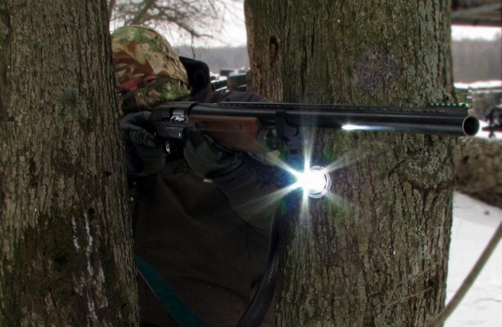 Тактический фонарь на ружьё