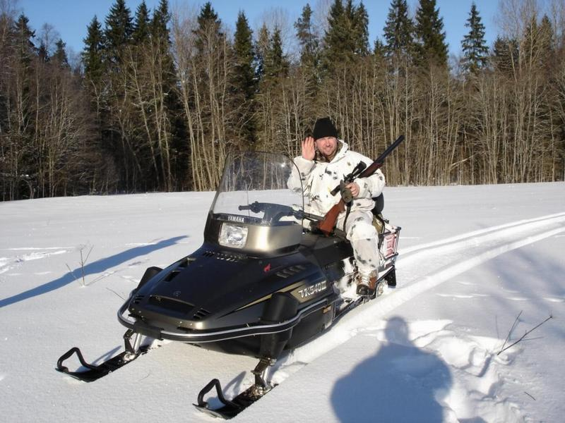 Охотник на снегоходе