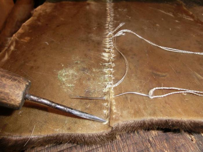 Сшивание частей шкур