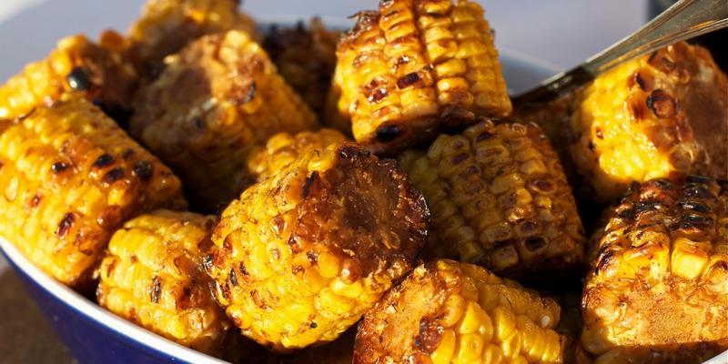 Кукуруза на мангале кусочками